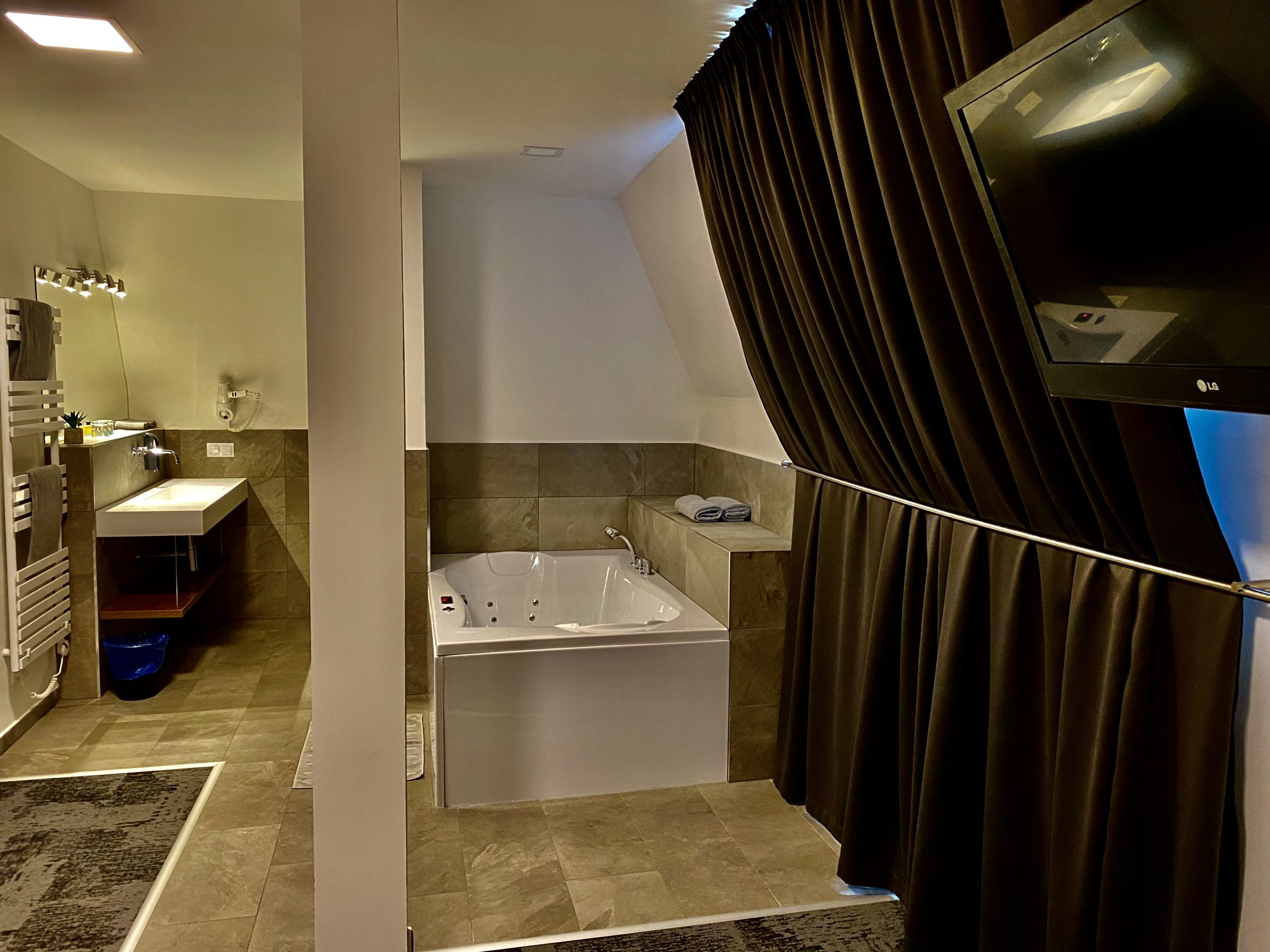 Deluxe+ szoba káddal